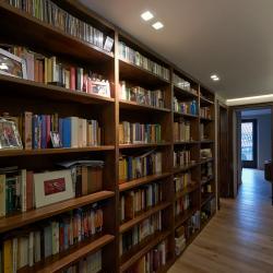 Foto di corridoio d'entrata con parete a libreria