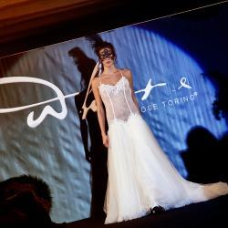 Modella in abito da sposa con sfondo blu degradante